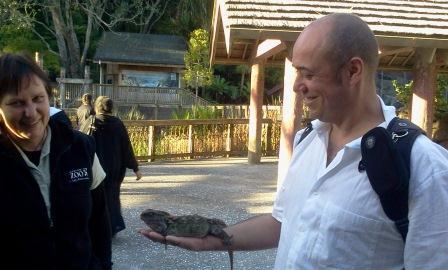 Eu e o Tuatara no zoológico de Auckland