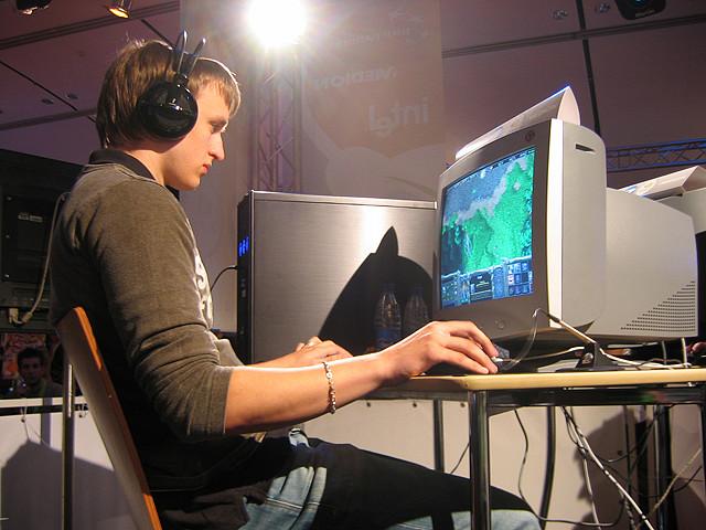 Sebastian Pesic, um jogador sueco profissional, concentrado em seu game.