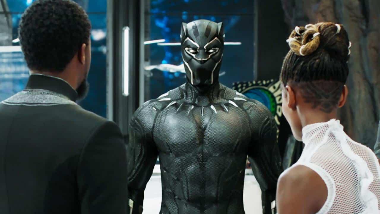 Shuri apresentando o uniforme do Pantera ao T'Challa (cena do filme da Marvel Comics)