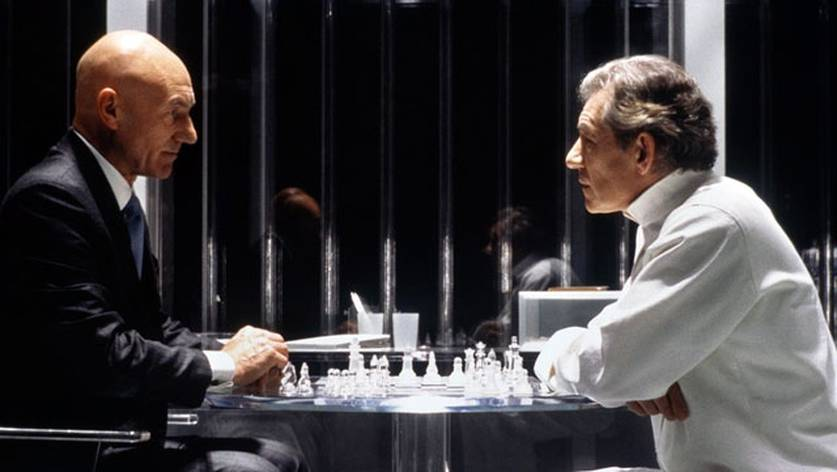 Cena do filme X-Men 2 (2003), em que Charles Xavier e Magneto (que estava preso) jogam xadrez.