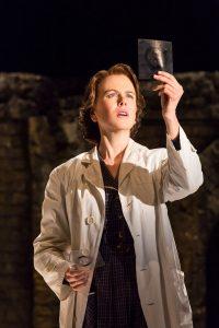 Nicole Kidman interpretando a cientista Rosalind Franklin na peça Fotografia 51 no The London stage. Por Johan Persson.