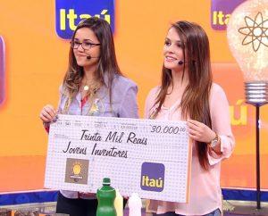 Samantha Karpe e Letícia Padilha durante a conquista do Prêmio Jovens Inventores em programa TV. Foto: Caldeirão do Huck/TV Globo