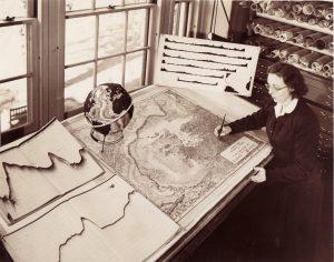 """""""Eu estava tão ocupada fazendo mapas que os deixei discutindo"""" disse Tharp em uma ocasião a respeito dos debates em volta de sua mesa de desenho. Imagem: Lamont-Doherty Earth Observatory"""