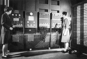 Jean Jennings à esquerda e Frances Bilas à direita arrumando os comandos do programa no ENIAC em 1946