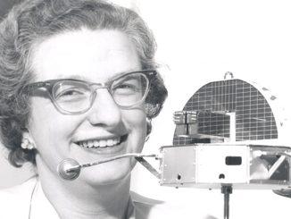 """Nancy Roman em 1962 com um modelo do """"Orbiting Solar Observatory"""" (OSO)"""