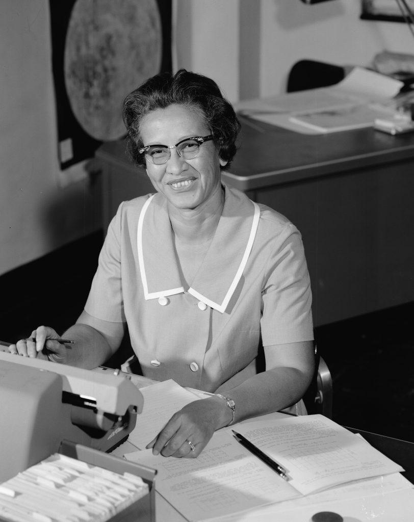 A cientista Katherine Johnson em seu local de trabalho na NASA
