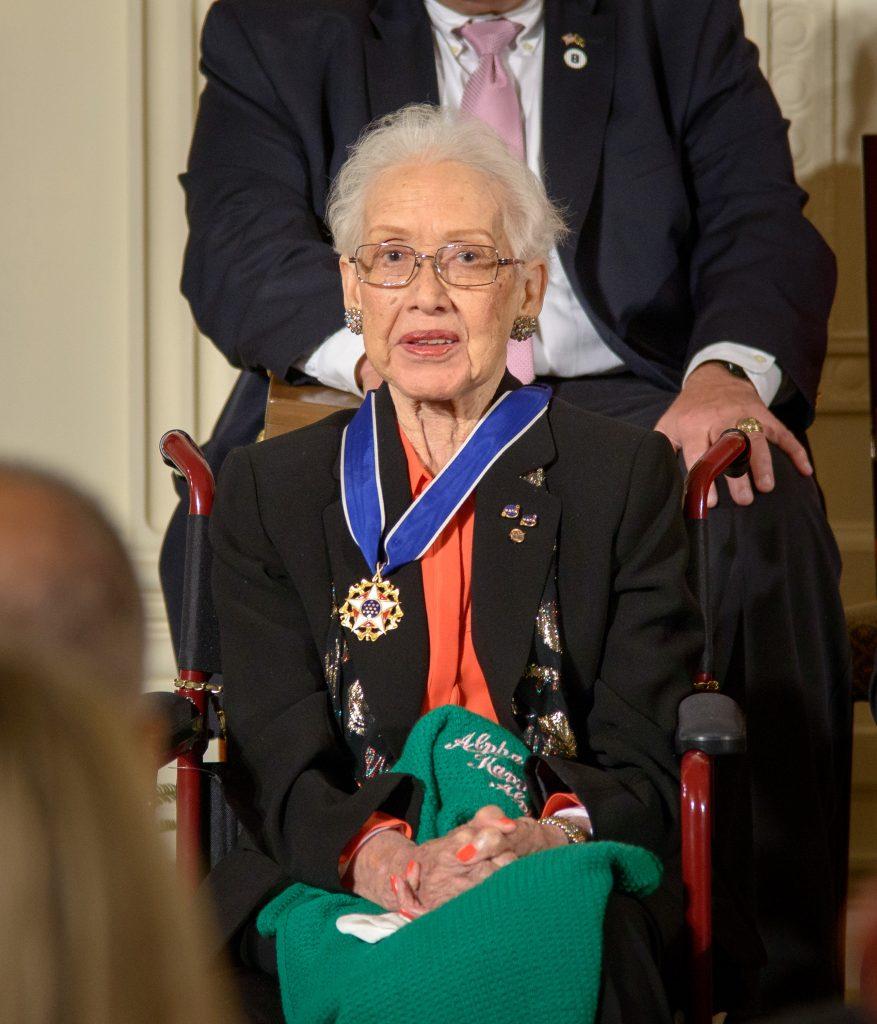 A cientista Katherine Johnson recebe a Medalha Presidencial da Liberdade.