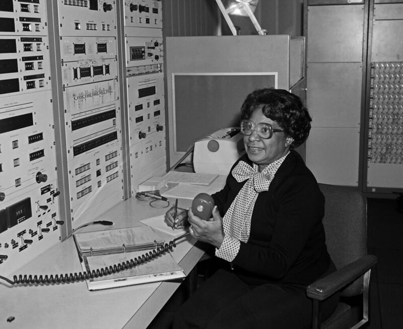 a cientista mary jackson em seu local de trabalho