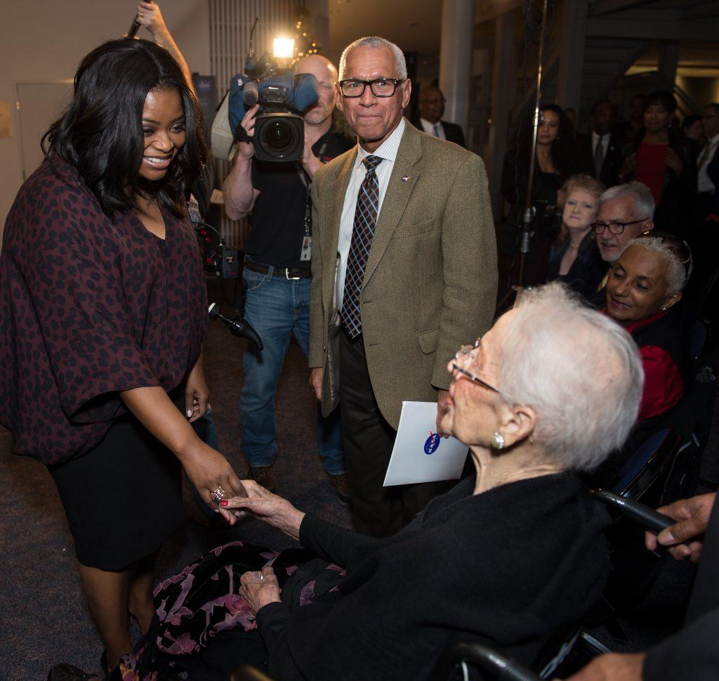 A atriz Octavia Spencer cumprimenta a cientista Katherine Johnson