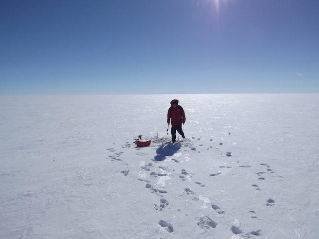 O geofísico paquistanês Abbas Khan verifica uma das estações de GPS que usa para medir a aceleração da geleira de Upernavik