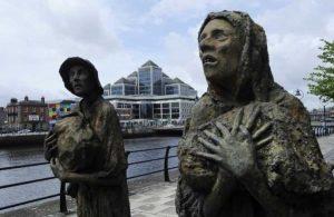 Estátuas representando a Grande Fome, em Dublin. Pessoas em desespero.