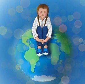 Desenho de Greta Thunberg sentada em um globo terrestre, com os olhos fechados e abraçando as próprias pernas. Ela veste uma camisa branca de mangas compridas, uma calça azul e tênis azuis com sola branca, além de suas tranças características. O fundo azul da imagem mescla com as cores do próprio globo, pintado em tons de azul e verde.