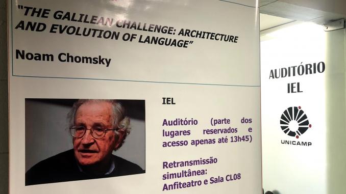 Poster da conferência de Noam Chomsky no IEL #ParaCegoVer