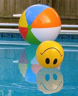 bola amarela na piscina