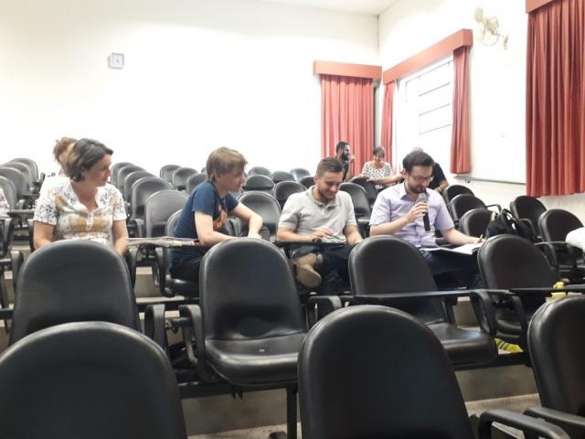 Grupo de alunos que elaboraram uma história de dragões integrando a temática da psicologia comportamental humana! Ao fundo, participantes que mesclaram gastronomia e engenharia de alimentos!