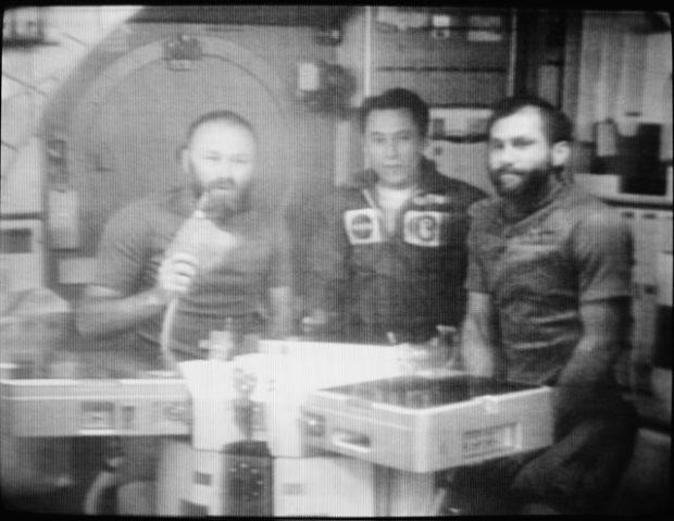 Mesa onde os Astronautas faziam suas refeições. Atrás, uma janela com vista para a Terra.