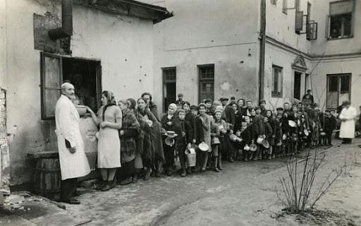 Fila da refeição no gueto de Varsovia