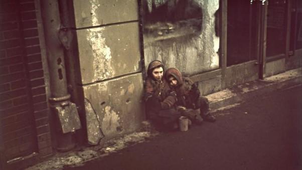 Crianças famintas e com frio no gueto de Varsóvia