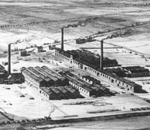 Fábrica da BASF em 1886 em Ludwigshafen, onde é a sede da empresa até os dias de hoje. Pelo menos olhando de longe, não é muito diferente das fábricas de hoje em dia, não? - Fonte: WIkimedia