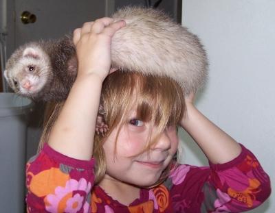 garota fofinha com chapéu de furão