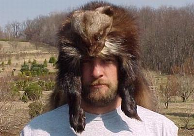 sujeito bizarro com chapéu de pele