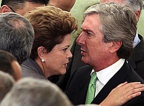 Se tivesse que chutar, não diria que Dilma está a elogiar a gravata de Fernandinho.