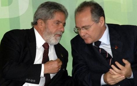 Renan Calheiros está pegando na aliança. O que será que Lula está cochichando?