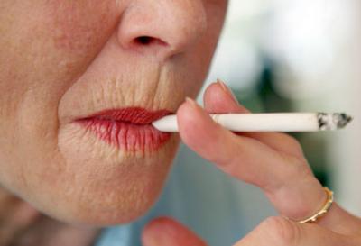 Ingrid Newkirk, fundadora do grupo PETA, também fuma.