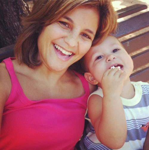 A 'branca' jornalista Micheline Borges. Foto retirada de seu perfil público do Facebook, via Google Cache.
