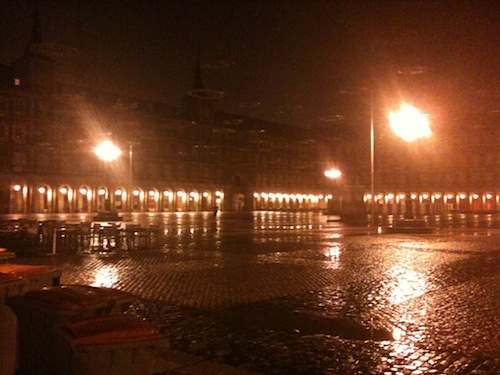 Plaza Major, 2a feira a noite, chovendo