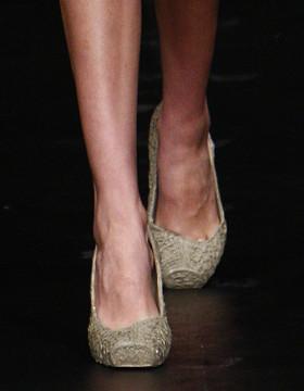 Rio desfila sapatos e cintos feitos de bucho de boi