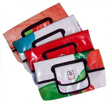 Lindas sacolas e carteiras recicladas