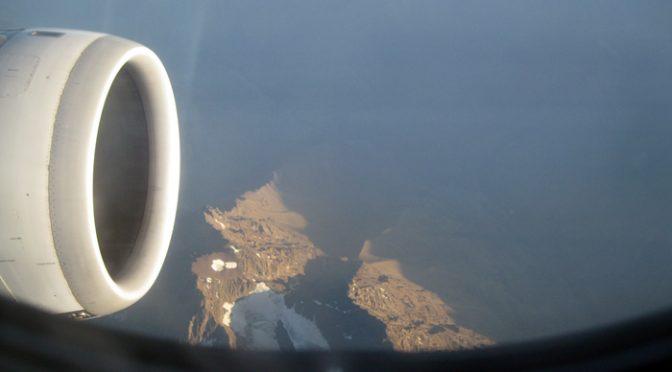 Picos dos Andes aparecem em frente ao avião