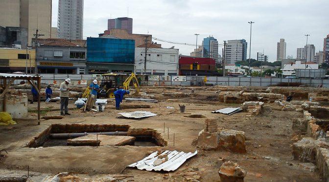 Cuidado: arqueólogos trabalhando